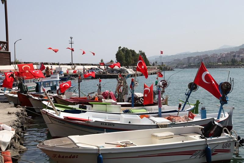 Akçaabatlı Balıkçılardan Duygulandıran Terör Protestosu galerisi resim 1