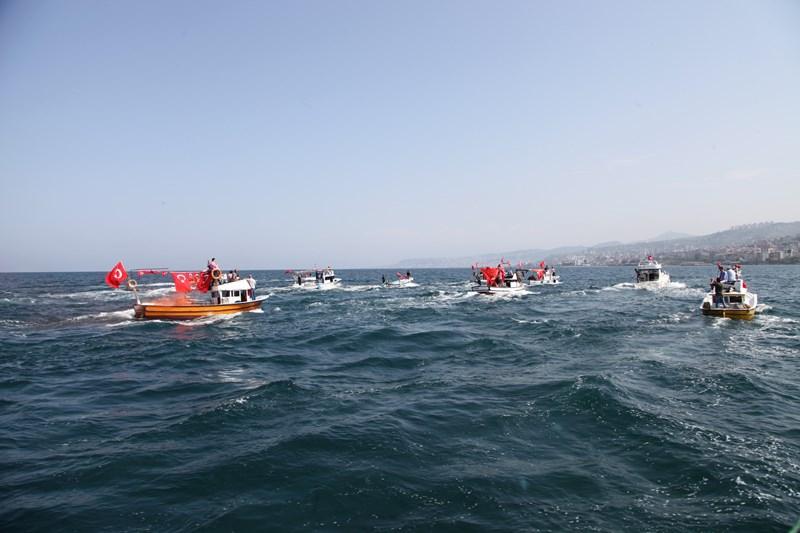 Akçaabatlı Balıkçılardan Duygulandıran Terör Protestosu galerisi resim 14