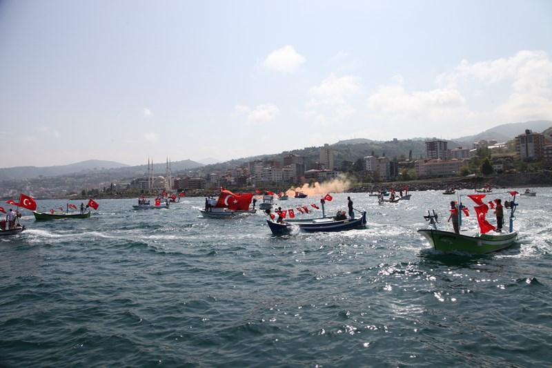 Akçaabatlı Balıkçılardan Duygulandıran Terör Protestosu galerisi resim 52
