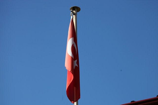 Bayrak Solmuş Gidiyor Çaresine Baksana