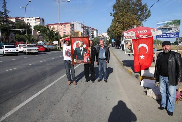 Yol Kenarında Atatürk'e Saygı Duruşu
