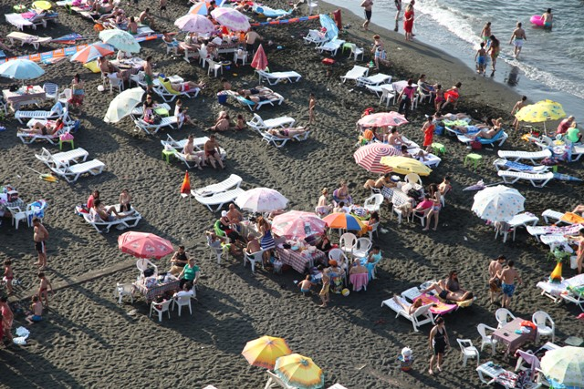 Aşırı Sıcaklardan Bunalan  İnsanlar Denize Akın Etti.