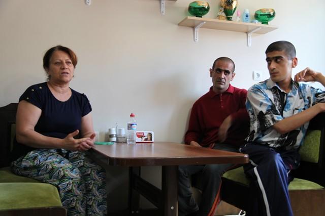 2 Çocuğu Özürlü Anne  Çaresizce Yardım Bekliyor