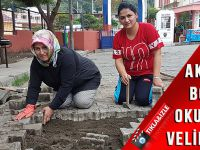 Akçaabat'ta Veliler, Okul Bahçesinde Bozulan Parke Taşlarını Düzeltti