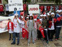Gençlerin Saygı Duruşu Açığını Burhan Kapattı.