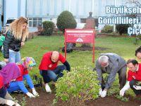 Büyükşehir Belediyesinin Gönüllüleri Hastane Bahçesini Çiçeklendirdi
