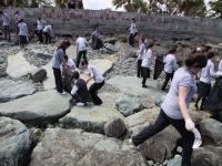 Protokol Programa Katılmazken,Çevreci Öğrenciler Sahilde Çöp Topladı